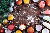 Bunte Cupcakes, Spritztüllen und Weihnachtsdekoration