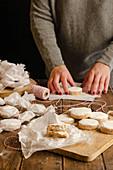 Hausgemachte Polvorones in Papier einwickeln, als Weihnachtsgeschenk