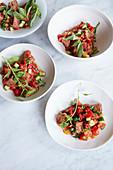 Panzanella mit Tomaten, Gurken und Kräutern
