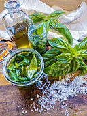 Basilikum in Olivenöl eingelegt