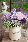 Frühlingsstrauß mit Flieder, Zierlauch, Wiesenkerbel und Rosen