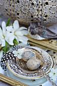 Ostereier mit Kirschblüte auf Silberlöffel