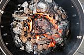 Fleisch direkt im Feuer grillen
