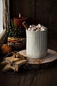 Kakao mit Marshmallows und Zimtstange zu Weihnachten
