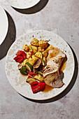 Mediterraner Schweinebraten mit Röstgemüse-Salat
