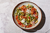 Zucchini-Spaghetti mit Linsen-Bolognese und Parmesan