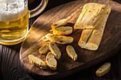 Geräucherter Chechil-Käse am Stück und in Scheiben