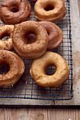 Frische hausgemachte Donuts auf Kuchengitter