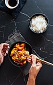 Süsssaures Hähnchen mit Reis und Sojasauce (China)