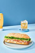 Sandwich mit Schinken, Käse und frischem Salat