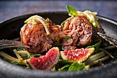 Pikante Schweinefüsse mit Feigen und Gemüse