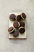 Chocolate sandwich biscuits filled with mint cream (sugar-free)