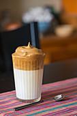 Kalter Dalgona Kaffee in Glas