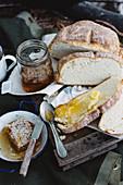 Gedämpftes Brot mit Butter und Honig zum Camping-Frühstück