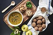 Vegane Sahnesuppe mit Kürbiskernen, Croutons, Mandeln und Basilikum