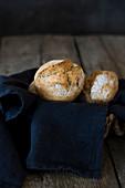 Frisch gebackene Brötchen mit Serviette