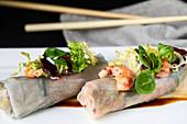 Reispapierröllchen mit Ente, Garnelen und Blattsalat