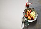 Chili-Lachs mit Polenta und Tomaten-Spinat