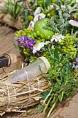 Floristenröhrchen in den Sommerkranz einbinden
