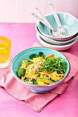 Reisnudel-Bowl mit Thai-Curry-Dressing
