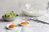 Zutaten für Cloud Eggs mit grünem Gemüse