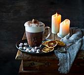 Heiße Schokolade mit Milchschaum und Kakaopulver