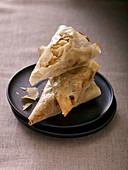 Samosas (Asian pastries) with goat's cheese and pine nuts