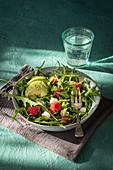 Rucola-Avocado-Salat mit Käse und frischen Himbeeren