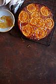Orangenkuchen mit Orangenscheiben und Orangenmarmelade