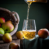Apfelwein wird in Glas gegossen