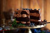 Weihnachtliche Schokoladencremetorte mit Ganache und Heidelbeeren