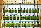 Leere Weinflaschen in Vitrine, Lech, Arlberg, Österreich