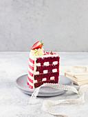 Ein Stück Red Velvet Cake auf Teller