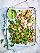 Quinoasalat mit gegrilltem Fisch und grünem Hummus