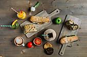 Verschiedene gesunde Sandwiches und Getränke