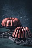 Zwei glutenfreie Red Velvet Bundt Cakes