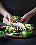 Vegetarische Tacos mit Grünkohl, Limette, Avocado, Taco-Sauce, Koriander und Paprika