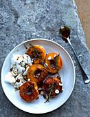 Gegrillte Aprikosen mit Baiser und Haselnüssen