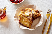 French Toast zum Frühstück mit Butter und Puderzucker