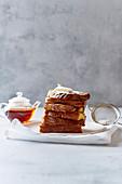 Gestapelte French Toasts zum Frühstück mit Butter und Puderzucker
