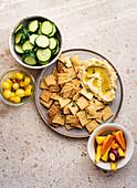 Cracker mit Hummus und Gemüse