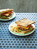 Hausgemachter Hamburger mit Pommes