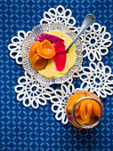 Dessert mit Pfirsich, Vanillepudding und Gelee