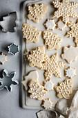 Hausgemachte Weihnachtsplätzchen, verziert mit Zuckerguss