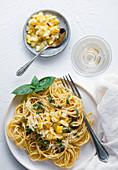 Pasta mit eingemachten Zitronen und Basilikum