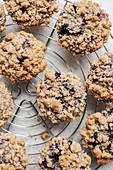 Blaubeer-Streusel-Muffins auf Abkühlgitter