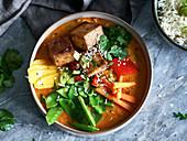 Tofu-Curry mit Gemüse und Kokosmilch