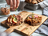 Vollkornbrot mit vegane 'Leberwurst'