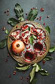 Granatapfeltee und frische Granatäpfel