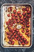 Geröstete Kirschtomaten mit Knoblauch auf Ofenblech